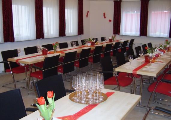 In unserer Weinstube haben bis zu 34 Personen Platz